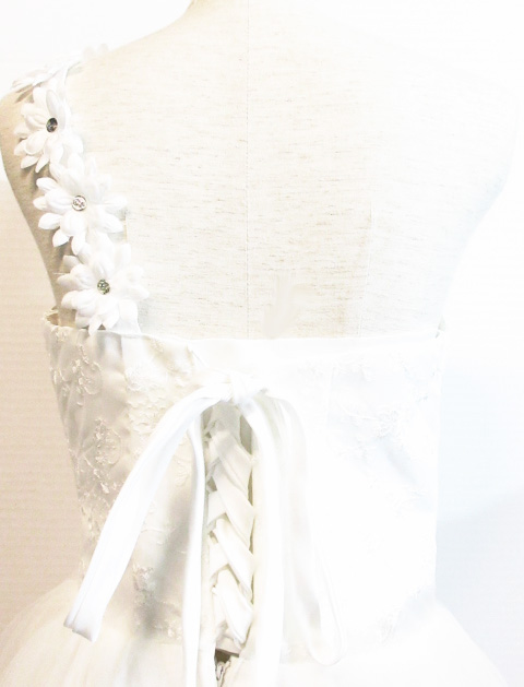 974caf2c566c2  中古 美品 ウエディングドレスホワイト Aラインフラワー モチーフワンショルダー結婚式